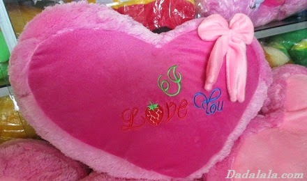 Bantal Love Warna Pink